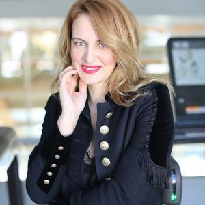 Laura Antonov ne dezvaluie ce cosmetice poarta zilnic in poseta!