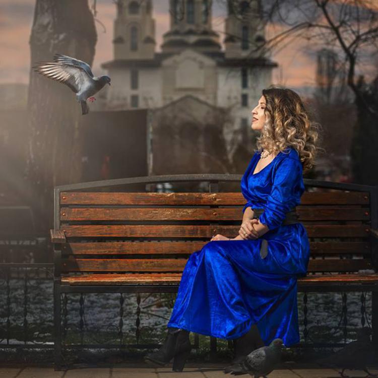 Simona Nemtanu iubeste rujul rosu, imprimeurile florale si Venetia. Citeste-i povestea!